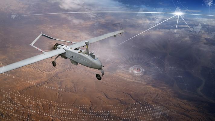 Un piccolo veicolo aereo senza pilota sorvola un deserto.  I segnali GPS stilizzati forniscono informazioni al velivolo.